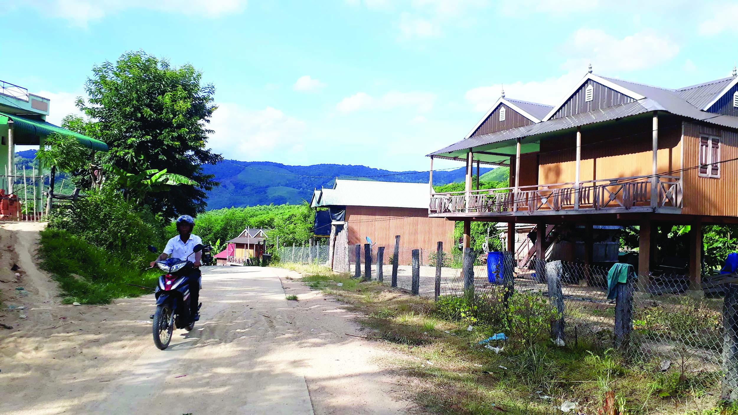 Làng Brang đã có nhiều ngôi nhà khang trang của đồng bào Ba Na mọc lên.