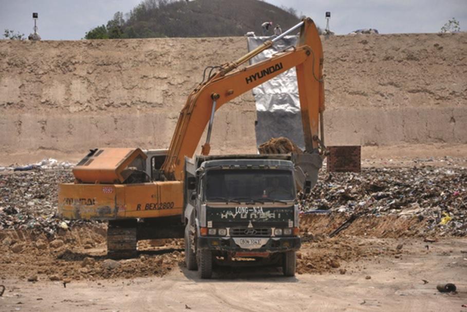 Hiện trường chôn lấp chất thải nguy hại trái phép.