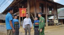 Ông Hà Văn Tuyên là Người có uy tín bản Sại, xã Tam Lư (mặc áo trắng) đến từng nhà dân thăm hỏi, trò chuyện, nắm bắt tình hình bà con.