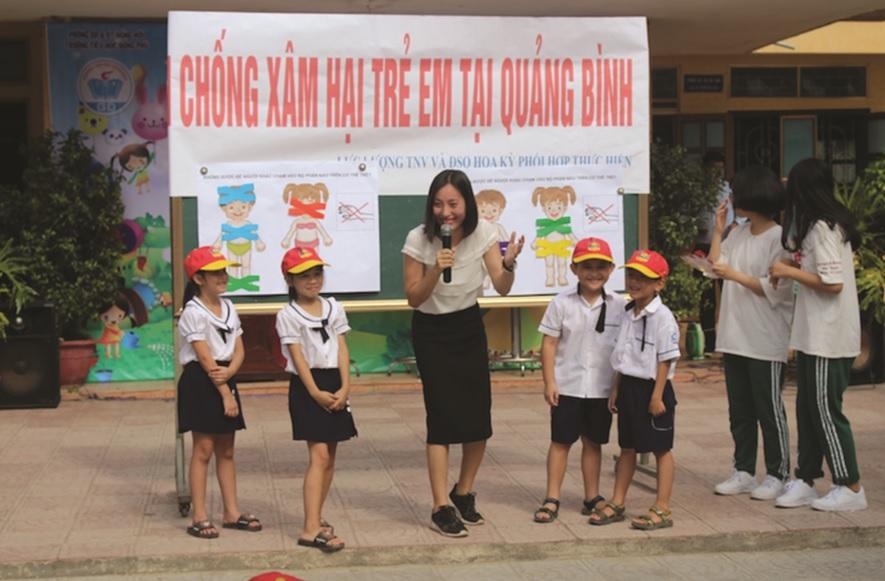 Học sinh Trường Tiểu học Đồng Phú (Đồng Hới, Quảng Bình) tham gia tìm hiểu kiến thức về phòng chống xâm hại tình dục. Ảnh TL