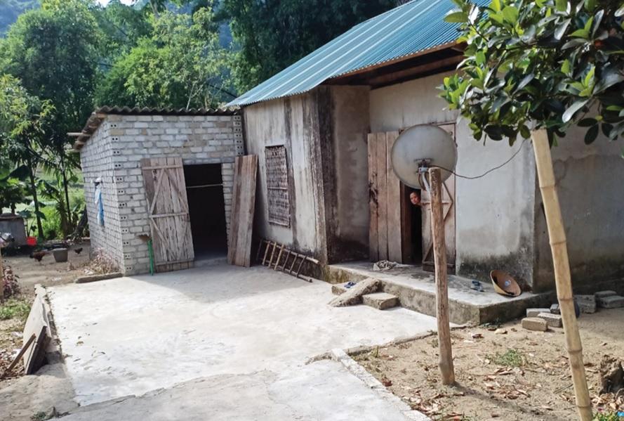 Sau 8 năm lao động ở Trung Quốc nhà chị Vi Thị Bình ở bản Tiến Minh, xã Châu Hạnh vẫn là ngôi nhà tạm bợ.