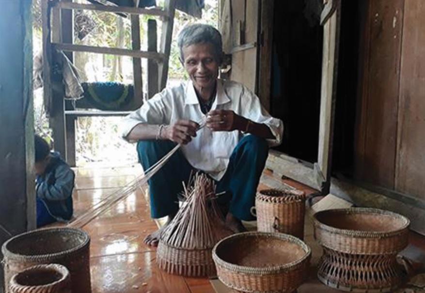 Ông Lê Hồng Na ở bản Cây Cả đang nỗ lực khôi phục nghề đan của người Vân Kiều.