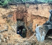 Chính quyền địa phương tiến hành phá bỏ các hầm mỏ hết hạn.