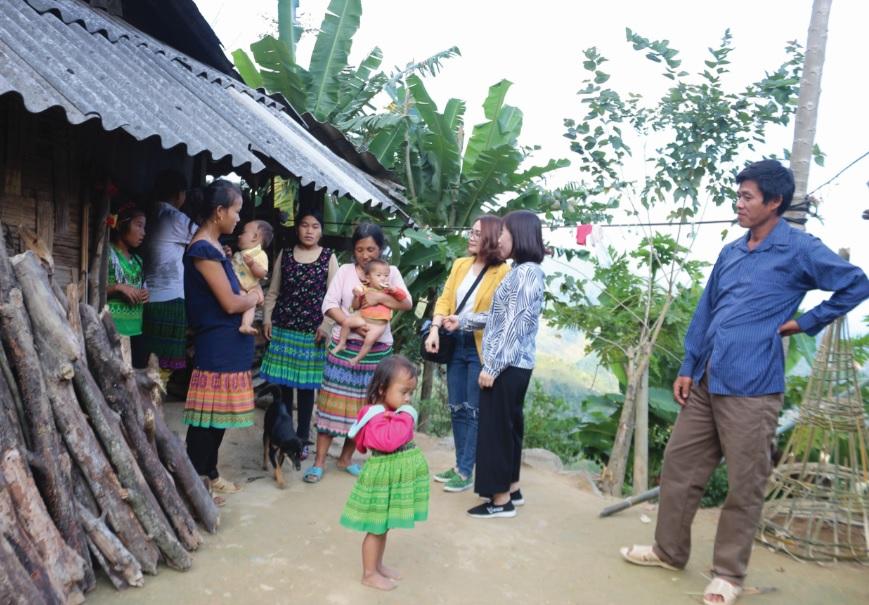 Thành viên CLB PCBLGĐ tuyên truyền về cách phòng chống BLGĐ cho bà con dân tộc Mông huyện Mường Lát.