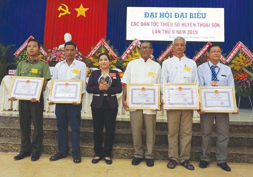 Bà Huỳnh Thị Sô Ma Ly, Vụ trưởng Vụ Địa phương III- Trao Bằng Khen của Chủ tịch UBND tỉnh An Giang cho các tập thể.