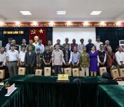 Thứ Trưởng, Phó Chủ nhiệm UBDT Nông Quốc Tuấn chụp ảnh lưu niệm cùng các đại biểu Người có uy tín trong đồng bào DTTS tỉnh Quảng Trị.