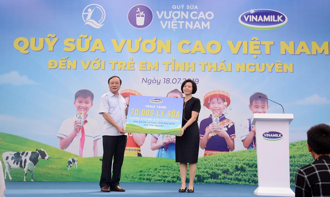 Bà Bùi Thị Hương, Giám đốc Điều hành Nhân sự, Hành chính & Đối ngoại (NS,HC&ĐN) của Vinamilk trao tặng bảng tượng trưng 70.000 ly sữa tương đương 470 triệu đồng cho 780 em học sinh có hoàn cảnh khó khăn tại Thái Nguyên.