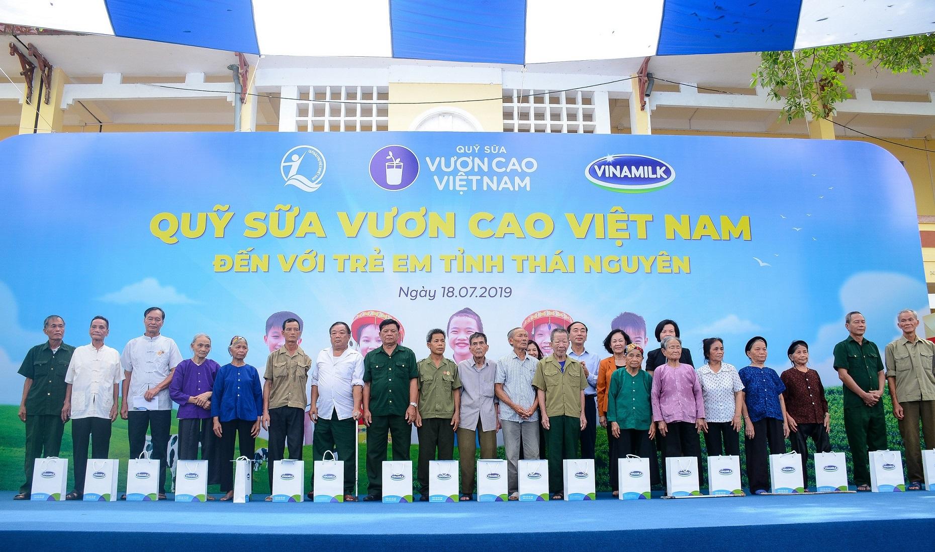 Bà Trương Thị Mai - Ủy viên Bộ Chính trị, Bí thư Trung ương Đảng, Trưởng ban Dân vận Trung ương, cùng lãnh đạo Trung ương, địa phương và công ty Vinamilk trao tặng quà đến các gia đình chính sách, gia đình có công với cách mạng nhân kỷ niệm 72 năm Ngày Thương binh - Liệt sỹ 27/7.