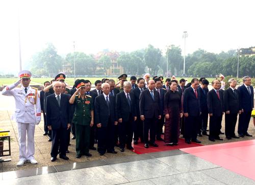 Lãnh đạo Đảng, Nhà nước vào Lăng viếng Chủ tịch Hồ Chí Minh. Ảnh: VGP/Nguyễn Hoàng