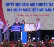 Phó Thủ tướng Vương Đình Huệ trao Bằng công nhận đạt chuẩn NTM cho huyện Tây Hòa (Phú Yên).
