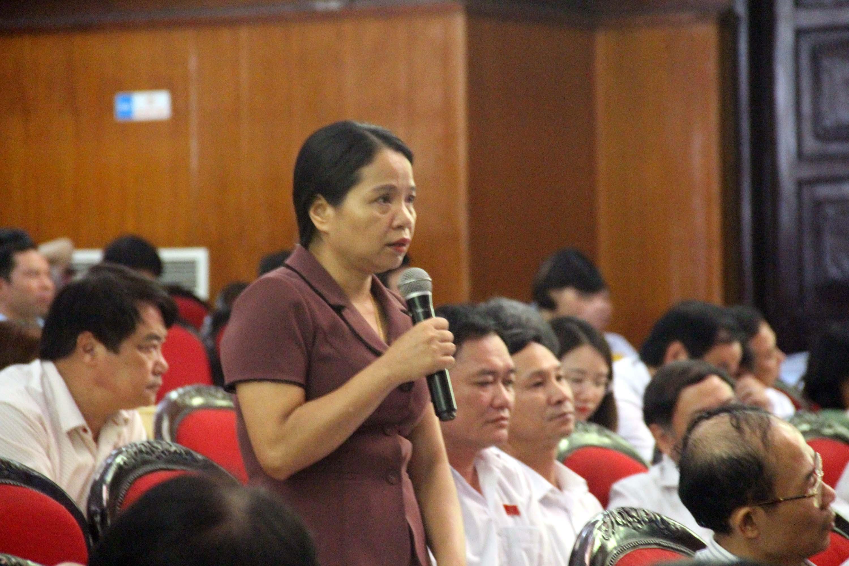 Đại biểu huyện Thạch Thành chất vấn các vấn đề về đất đai nông lâm trường, đất sản xuất, đất ở cho người dân.