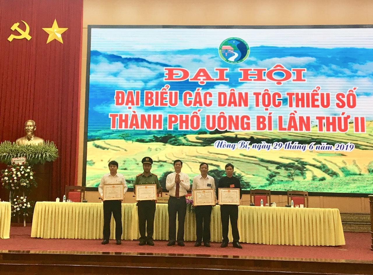 Ông Phạm Tuấn Đạt trao tặng giấy khen của UBND Thành phố cho các tập thể xuất sắc thực hiện công tác dân tộc