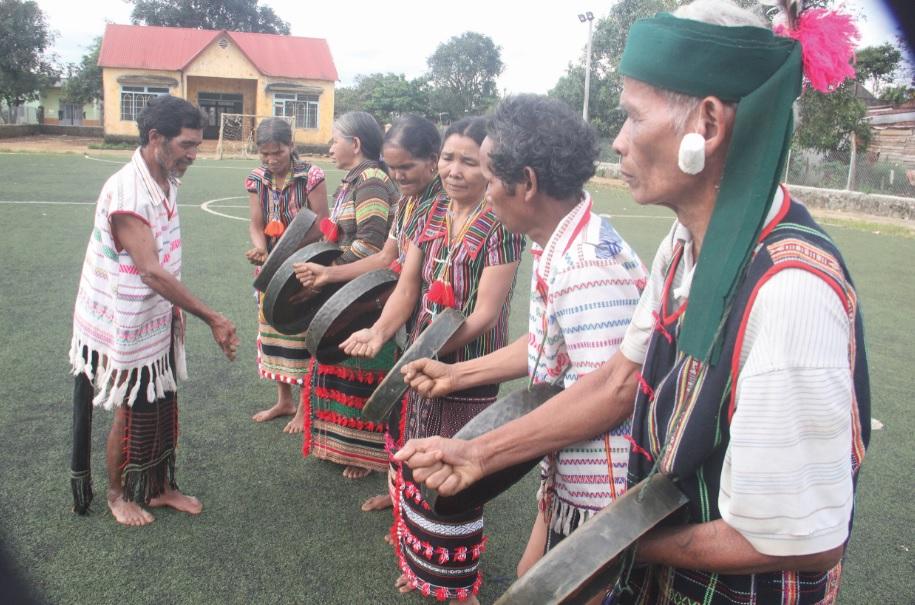 Già làng K'Tiêng hướng dẫn đội văn nghệ bon đánh chiêng.