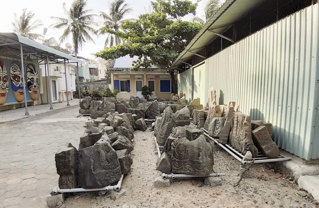 Hơn 100 hiện vật tháp Dương Long, bị phơi nắng gần 12 năm tại Bảo tàng Tổng hợp tỉnh Bình Định.