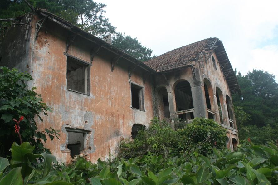 Một ngôi biệt thự còn khá nguyên vẹn ở Phia Oắc