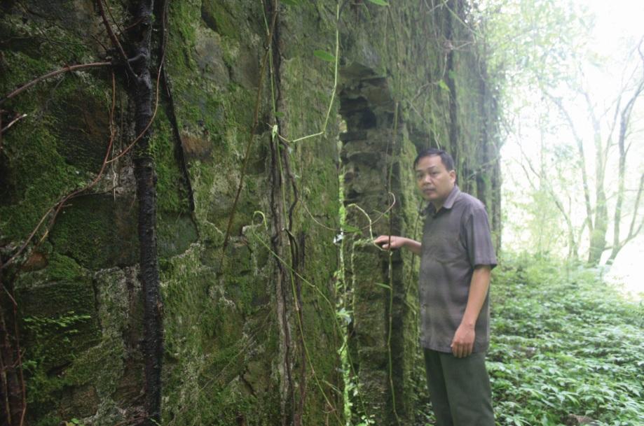 Anh Nông Văn Thụ đưa chúng tôi tới căn biệt thự rêu phong.