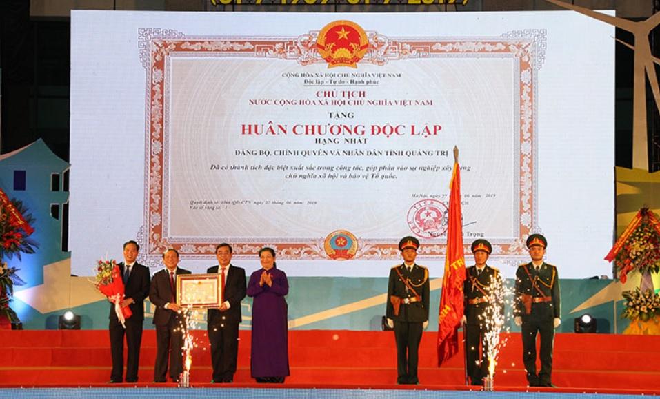 -Phó Chủ tịch Thường trực Quốc hội Tòng Thị Phóng trao Huân chương Độc lập hạng Nhất cho Đảng bộ, chính quyền và Nhân dân Quảng Trị