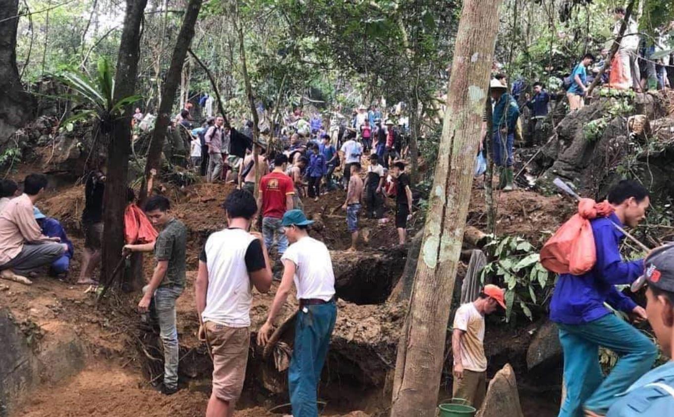 Hàng trăm người đổ lên bãi Bưởi tìm đá quý.