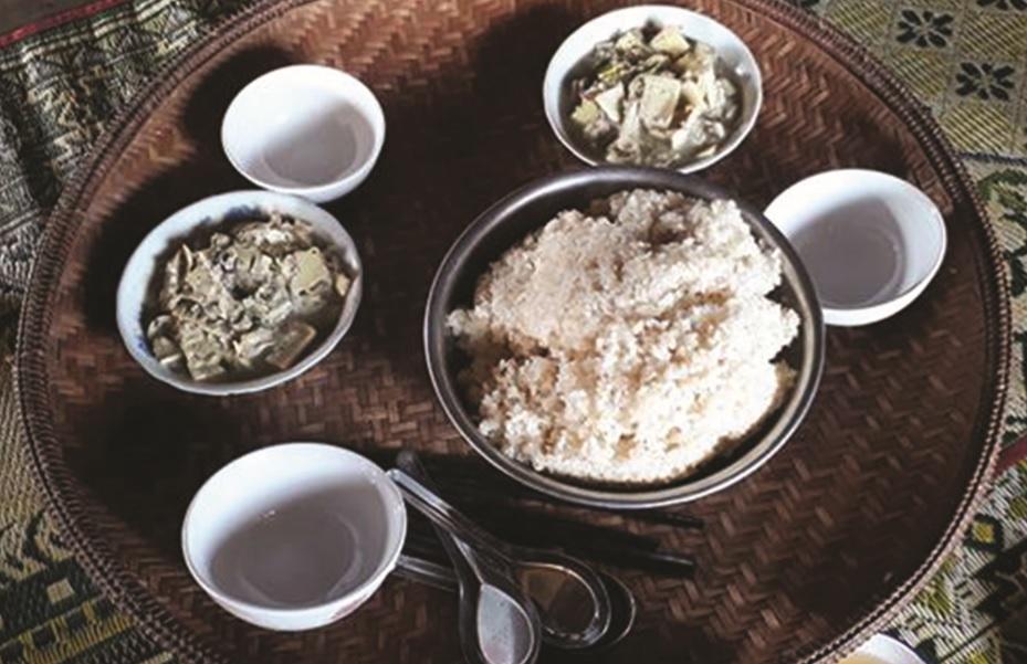 Sản phẩm mâm cơm làm bằng mây tre được người Vân Kiều thường dùng đang được dần hồi phục.