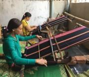 Hai mẹ con chị RaLan Yưng miệt mài dệt thổ cẩm để kịp hoàn thành sản phẩm giao cho khách hàng.
