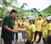 Nhân viên Trung tâm Bảo tồn động vật hoang dã nước Việt hướng dẫn du khách cách cho gấu ăn.
