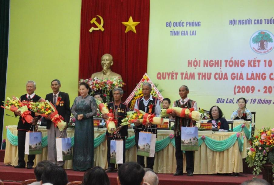 Già làng Điểu Gót (ngoài cùng bên phải) được Chủ tịch Quốc hội Nguyễn Thị Kim Ngân tặng quà tại Hội nghị Tổng kết 10 năm thực hiện Quyết tâm thư của già làng Tây Nguyên