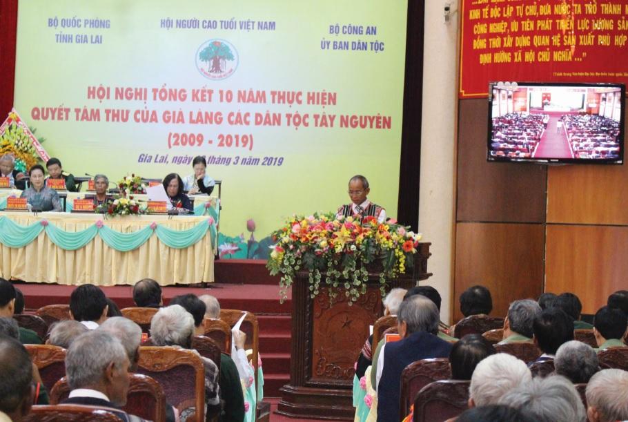 Già làng Điểu Gót đọc tham luận tại Hội nghị Tổng kết 10 năm thực hiện Quyết tâm thư của già làng Tây Nguyên.