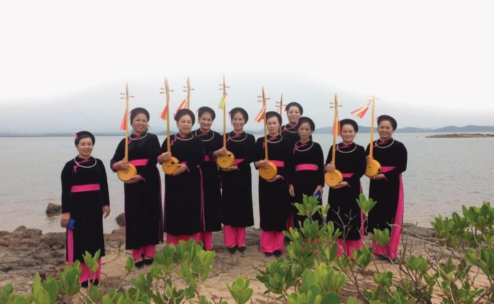Nghệ nhân Hà Thị Ven (Thứ 3, từ trái sang) cùng các thành viên trong CLB Điếp Sli Then.