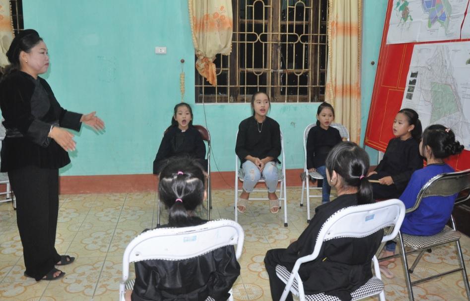 Nghệ nhân Hà Thị Ven đang truyền dạy cho các thành viên nhỏ tuổi trong CLBĐiếp Sli Then.