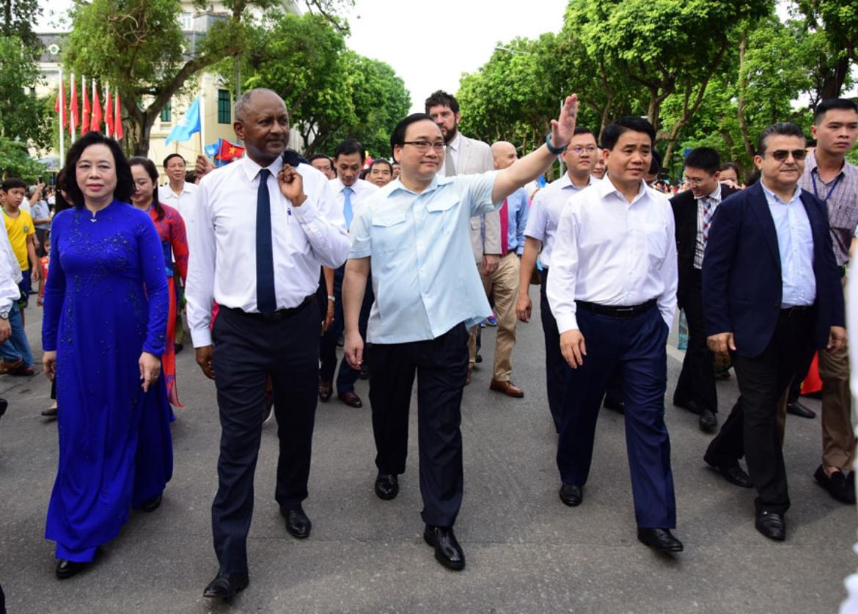 """Các đại biểu dự Lễ kỷ niệm cùng đi bộ vì hòa bình và tham dự Lễ hội đường phố """"Trái tim hòa bình"""""""