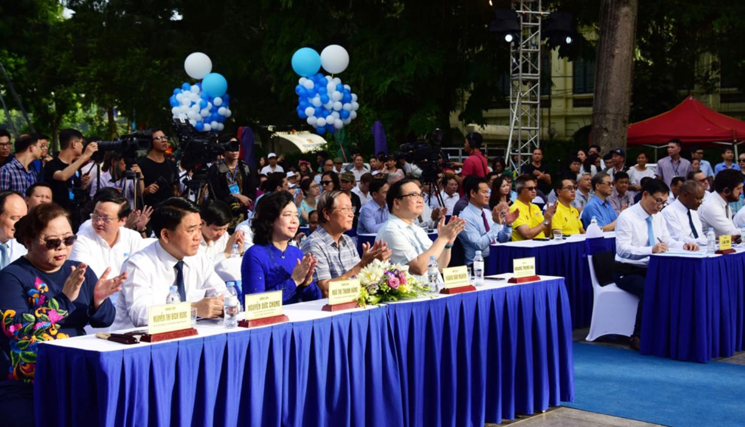 """Các đồng chí lãnh đạo dự Lễ kỷ niệm 20 năm Thành phố Hà Nội được UNESCO trao tặng danh hiệu """"Thành phố Vì hoà bình""""."""