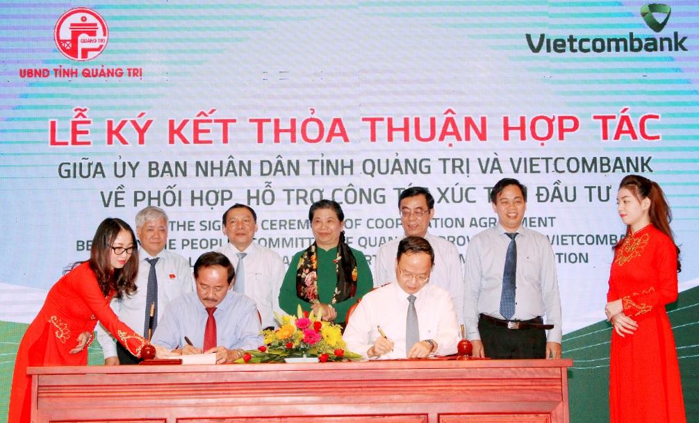 Phó Chủ tịch Thường trực Quốc hội Tòng Thị Phóng và Bộ trưởng, Chủ nhiệm UBDT Đỗ Văn Chiến chứng kiến Lễ ký kết thỏa thuận hợp tác giữa UBND tỉnh Quảng Trị và Ngân hàng Vietcombank.