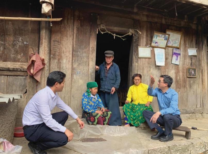 Giáo sư Tiến sĩ bác sĩ Trần Văn Thuấn (ngoài cùng bên phải) và Phó Chủ tịch Hội Thầy thuốc trẻ Việt Nam Vũ Mạnh Hà (ngoài cùng bên trái) trao đổi những kỹ năng chăm sóc sức khỏe cho đồng bào DTTS tỉnh Hà Giang.