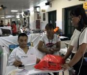 Đại diện Công đoàn Báo Dân tộc và Phát triển trao quà và số tiền ủng hộ 6.000.000 đồng cho bệnh nhân Thèn Văn Trường .