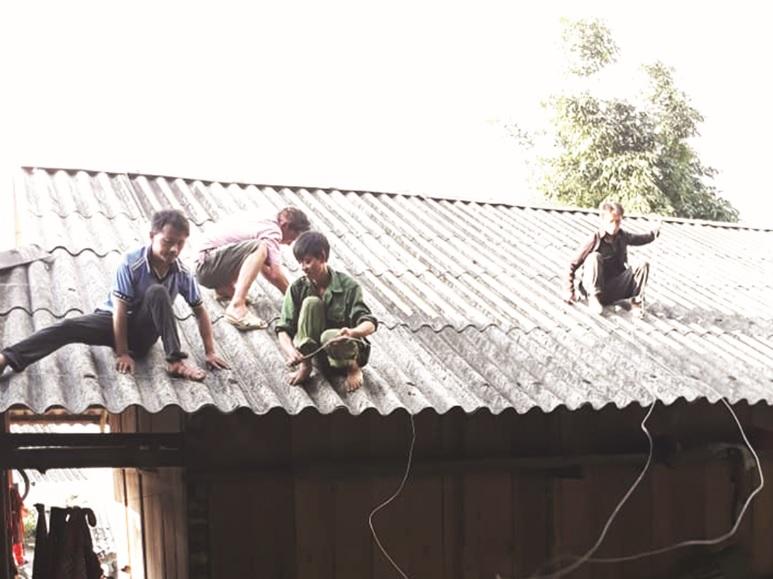 Người dân xã Quyết Tiến (Quản Bạ) chằng néo mái nhà phòng chống thiên tai.