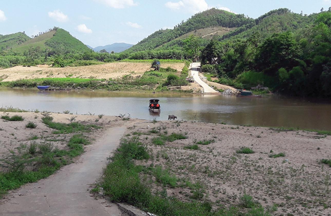 Do chưa có cầu bắc qua sông Gianh nên người dân ở Thuận Hóa bị cô lập khi xảy ra mưa lũ.