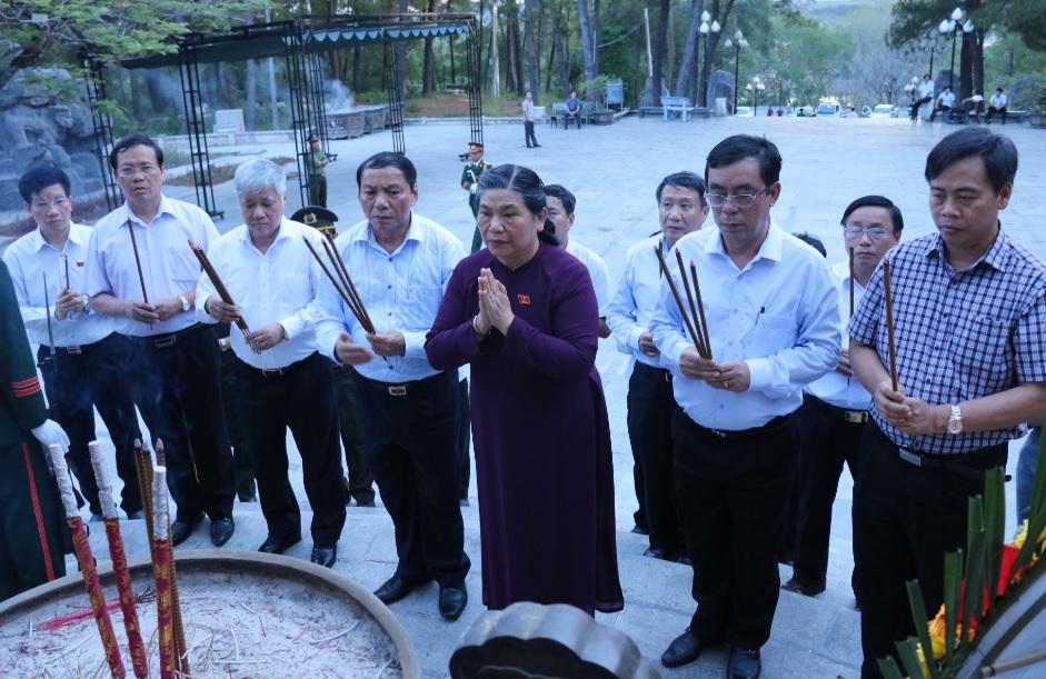 Đoàn công tác thắp hướng viếng các anh hùng liệt sĩ tại nghĩa trang Trưởng Sơn