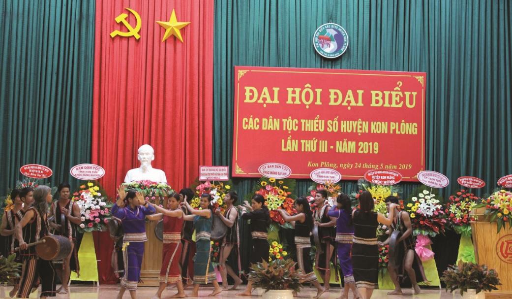 Đội cồng chiêng thôn Kon Vơng Kia 1, xã Đăk Long trình diễn tại Đại hội Đại biểu các DTTS huyện Kon Plông lần thứ III năm 2019.