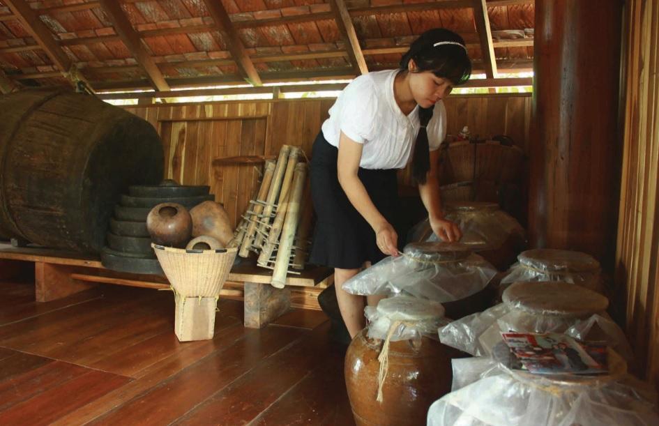 Chị Hải Yến sưu tầm nhiều hiện vật và tự tay ủ rượu cần truyền thống Ê-đê.
