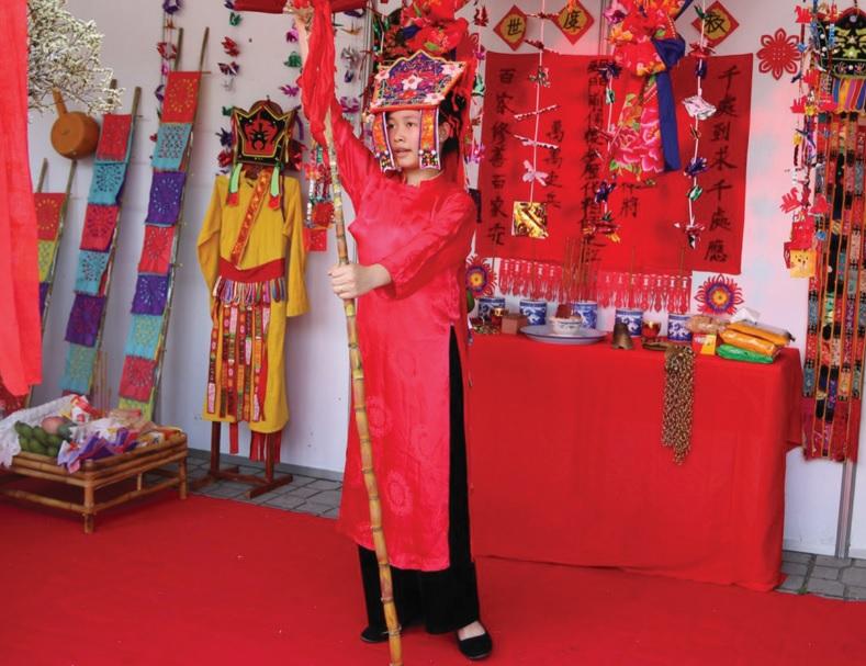 Liễu Thị Minh Thơ thực hành trong một nghi lễ Then (Ảnh: Thanh Thuận)