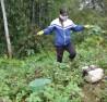 Người dân đổ xô đi kích giun bằng điện (ảnh M.h) Người dân đổ xô đi kích giun đất bằng điện (ảnh M.h)