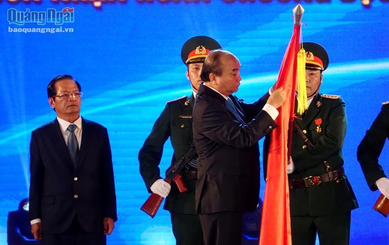 Thủ tướng Nguyễn Xuân Phúc gắn Huân chương Độc lập Hạng Nhất lên lá cờ truyền thống của tỉnh Quảng Ngãi.
