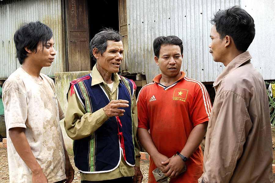 Các già làng luôn tích cực vận động người dân chăm lo phát triển kinh tế, vươn lên thoát nghèo. Ảnh: Đ.T