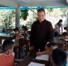 Thầy Thích Đạo Tri, trụ trì chùa Lập Thạch là người tâm huyết với việc mở lớp dạy học miễn phí để củng cố kiến thức cho học sinh vững bước sang năm học mới.