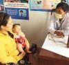 Các y, bác sĩ Trạm y tế xã Cư Êbur, TP Buôn Ma Thuột (Đăk Lăk) hướng dẫn người dân cách phòng, chống bệnh sốt xuất huyết cho con. Ảnh: Báo Nhân dân