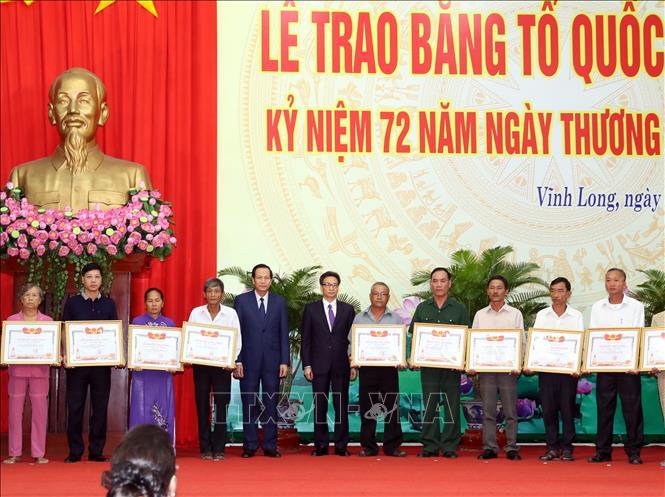Phó Thủ tướng Vũ Đức Đam và Bộ trưởng Bộ LĐTB&XH Đào Ngọc Dung trao Bằng Tổ quốc ghi công cho thân nhân các gia đình