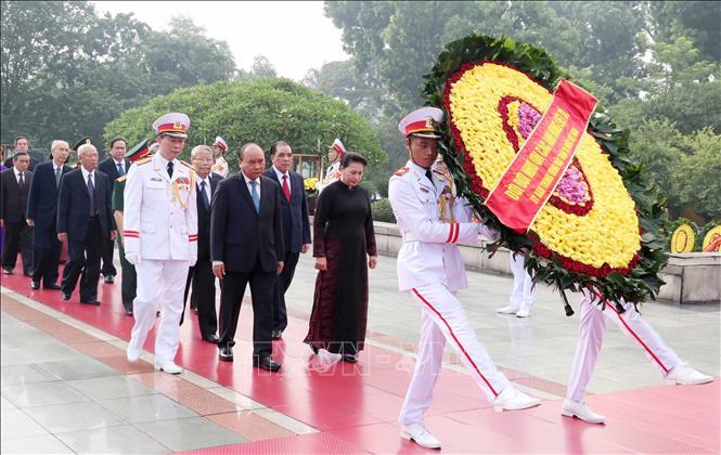 Lãnh đạo Đảng, Nhà nước đặt vòng hoa, tưởng niệm các anh hùng liệt sĩ. Ảnh: TTXVN