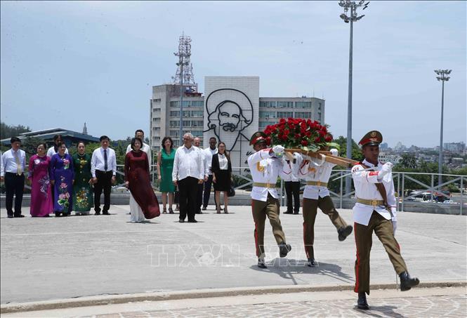 Phó Chủ tịch nước Đặng Thị Ngọc Thịnh đặt hoa tại tượng đài Anh hùng Dân tộc Jose Marti. (Ảnh: Phương Hoa - TTXVN)