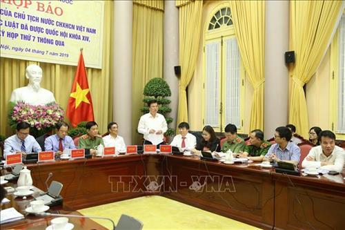 Thứ trưởng Bộ Giáo dục và Đào tạo Nguyễn Hữu Độ giới thiệu Luật Giáo dục. Ảnh: Dương Giang - TTXVN
