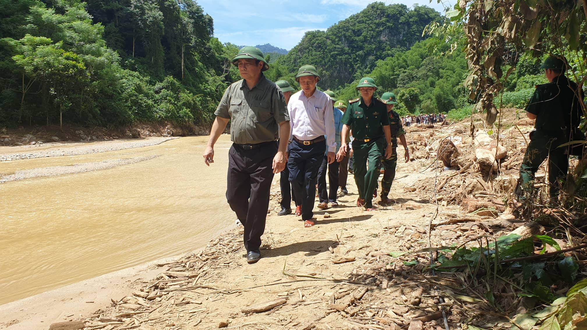 Ông Phạm Minh Chính, Trưởng Ban Tổ chức Trung ương cùng Đoàn công tác đi bộ vào bản Sa Ná.